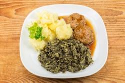 Oma's gehaktbal, andijvie en gekookte aardappelen