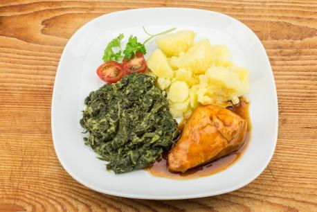 Kipfilet, spinazie en gekookte aardappelen