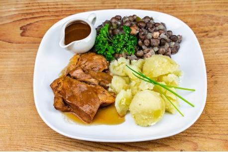 Varkenslapje, capucijners met ui en spekjes, gekookte aardappelen,
