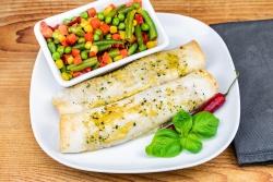 Pikante kip wraps met zomergroenten