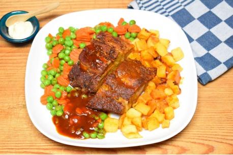Spareribs met wortel/doperwten-mix en gebakken aardappeltjes