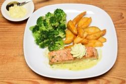 Gebakken zalmfilet met broccoli en gebakken aardappelwedges