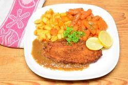 Kipschnitzel met worteltjes en gebakken aardappeltjes