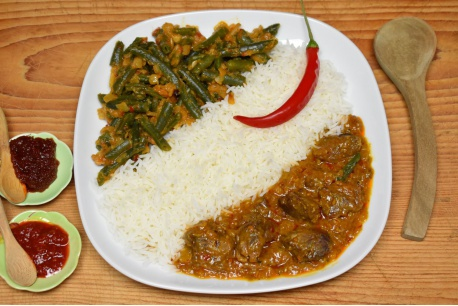 Rundvlees rendang met pittige sambalboontjes en witte rijst