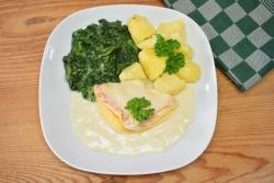 Omelet in botersaus met spinazie en gekookte aardappelen