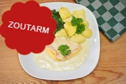 Zoutarme omelet in botersaus met spinazie en gekookte aardappelen