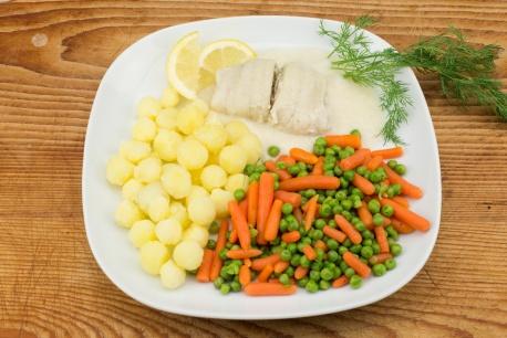 Scholfilet in roomsaus met wortel/doperwten-mix en gekookte krieltjes