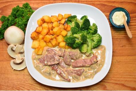 Biefstukreepjes in champignonroomsaus met broccoli en gebakken aardappeltjes