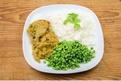 Indiase vega curry met doperwten en witte rijst