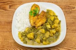 Gebakken tilapiafilet in Indiase curry met witte rijst