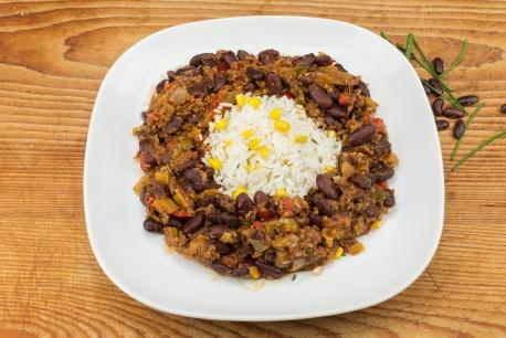 Chili con carne met witte rijst en maïs