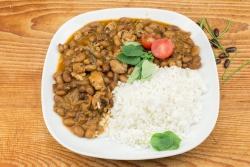 Bruine bonen kipschotel met witte rijst