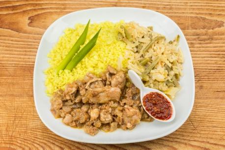 Ajam Pedis met sajoer lodeh en gele rijst