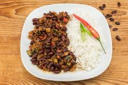Vegetarische chili sin carne met rijst en maïs